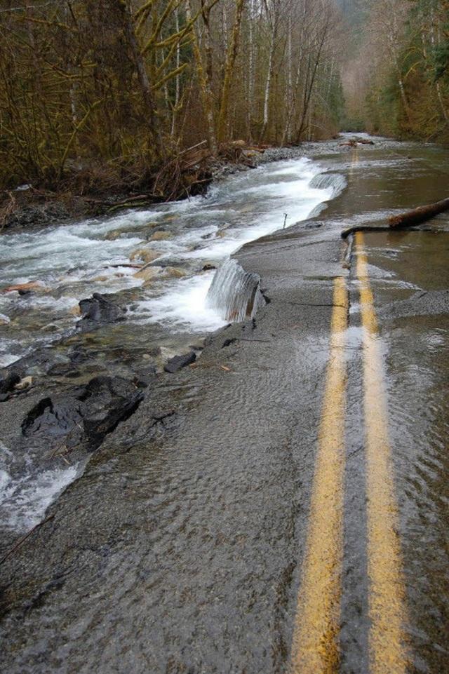 Con đường bỏ hoang biến thành thác nước tự nhiên tuyệt đẹp.