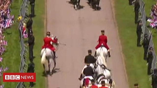 Một con ngựa bất ngờ di chuyển ra ngoài đội hình diễu hành tại lễ cưới của Hoàng tử Harry (Ảnh: BBC)