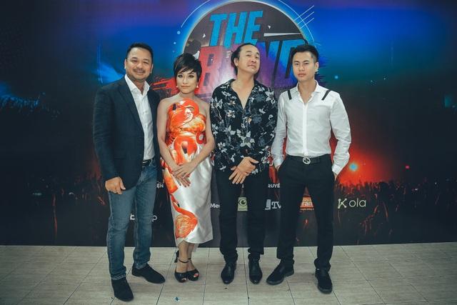 Giám đốc sản xuất Nguyễn Thùy Dương cùng ban giám khảo cuộc thi.