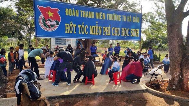 Hội cắt tóc từ thiện đã đến với những học sinh nghèo ở vùng khó