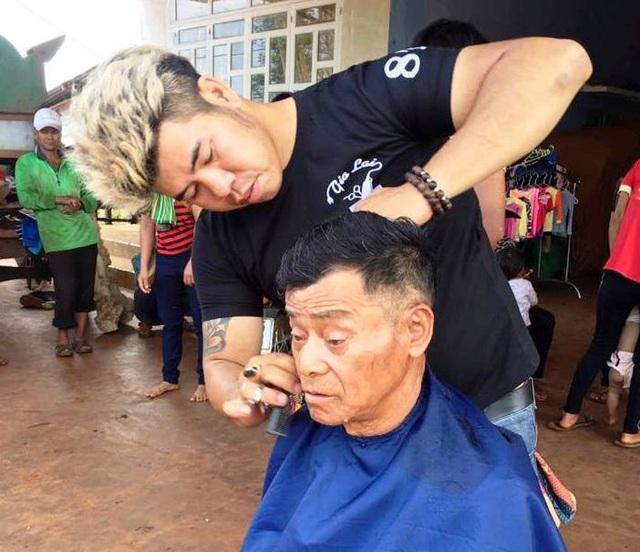 Chàng trai 8X Nguyễn Hùng người tiên phong cho Hội cắt tóc từ thiện ở Gia Lai