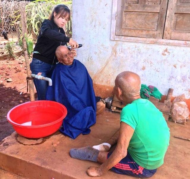 Tuy tay nghề còn non, nhưng với lòng nhiệt huyết của sức trẻ, bạn Phụng đã đến với làng bệnh phong để cắt tóc miễn phí cho bà con nơi đây