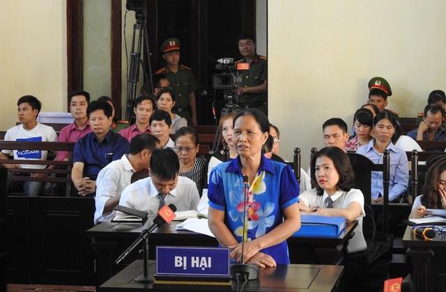 Đại diện một gia đình bị hại được tòa đề nghị lên vị trí khai báo.