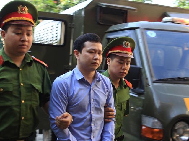 Bị cáo Trần Văn Sơn được dẫn đến tòa sáng nay (21/5).