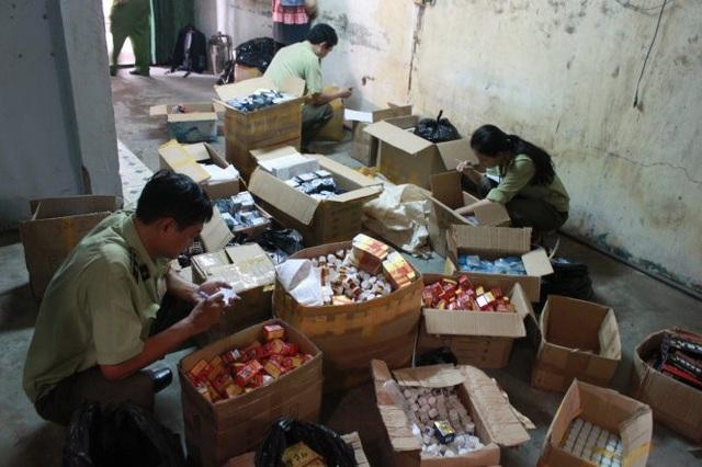 Một vụ buôn bán thực phẩm chức năng giả trên địa bàn Hà Nội bị lực lượng chức năng xử lý (Ảnh minh hoạ).