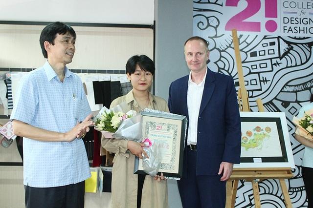 Trần Quỳnh Nhi (giữa ảnh) nhận giải Nhất cuộc thi Việt Nam - Nơi tôi sống 2018 từ BTC.
