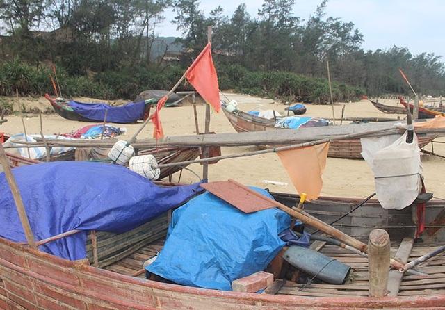 Hàng trăm con thuyền nan, thuyền thúng ở thôn Bắc Hải nằm phơi mình trên bãi biển chưa hẹn ngày ra khơi.