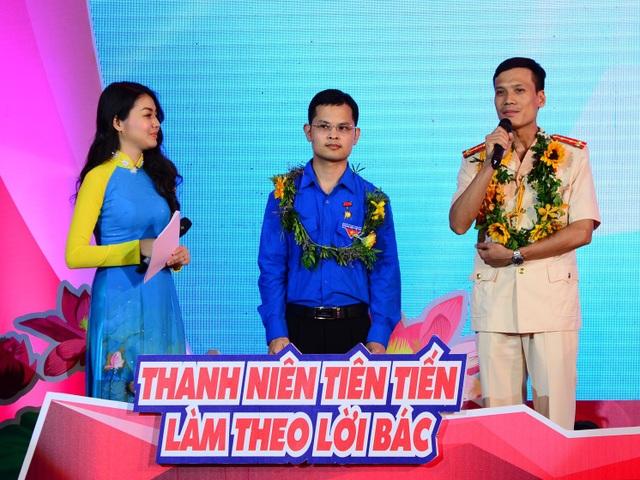 Đại úy Nguyễn Nhật Quang (ngoài cùng bên phải) và bác sĩ Nguyễn Văn Hiếu giao lưu trong Lễ tuyên dương Thanh niên Tiên tiến làm theo lời Bác lần thứ V/2018.
