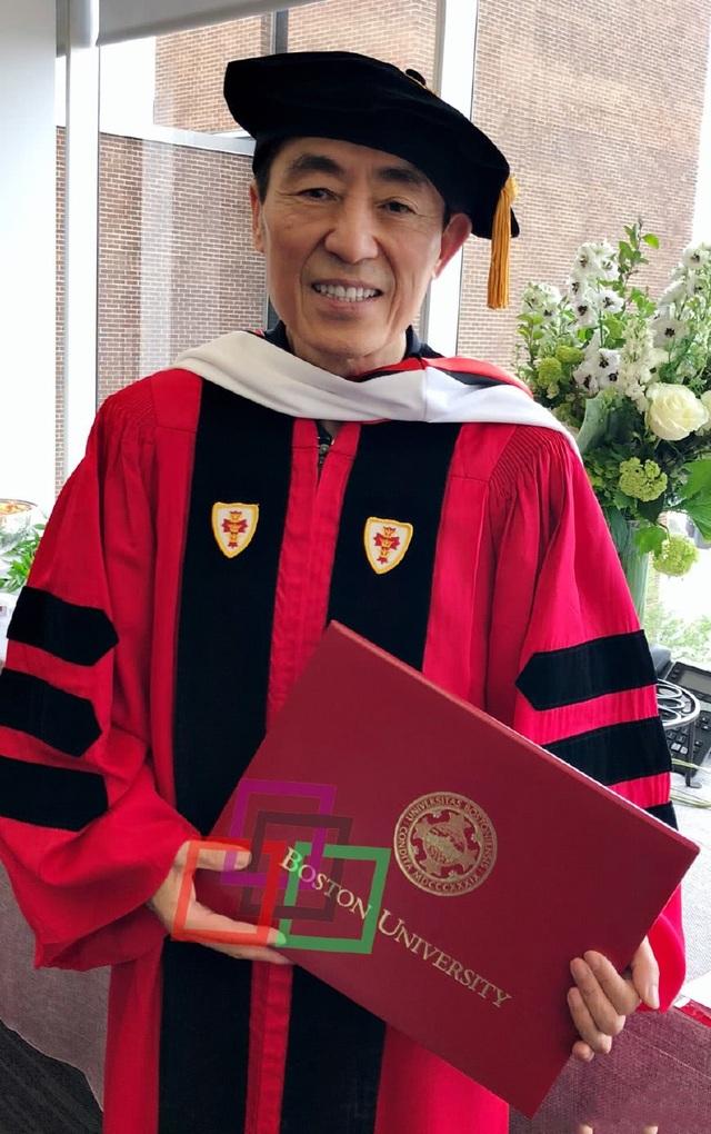 Đạo diễn Trương Nghệ Mưu nhận bằng tiến sỹ tại Mỹ, ngày 20/5.