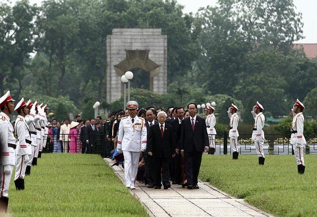 Lãnh đạo Đảng, Nhà nước cùng đoàn đại biểu Quốc hội vào Lăng viếng Chủ tịch Hồ Chí Minh trước phiên khai mạc. (Ảnh: Việt Hưng)