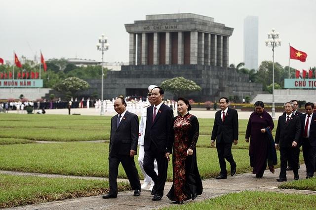 Lãnh đạo Đảng, Nhà nước vào Lăng viếng Chủ tịch Hồ Chí Minh sáng 21/5. (Ảnh: Việt Hưng)