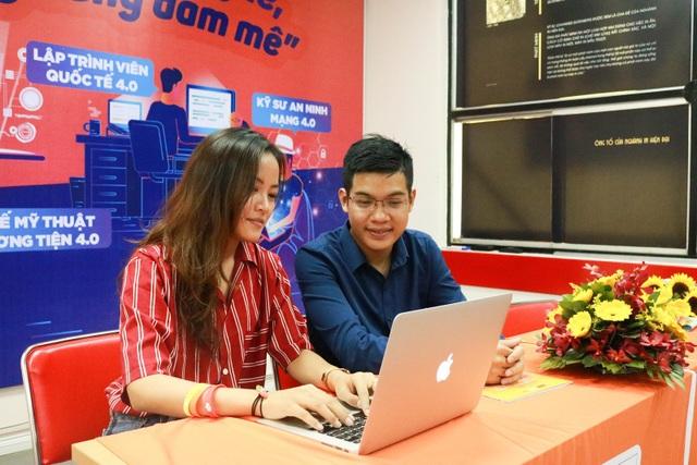 Anh Phan Văn Quyền hào hứng khi nhận được câu hỏi của các bạn học sinh THPT.