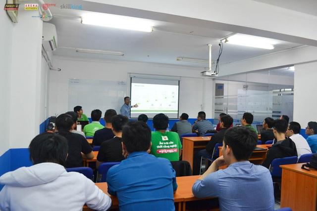Tiết học thực tế với doanh nghiệp nằm trong chương trình đào tạo của trường.