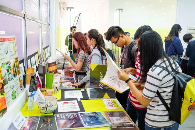 Nhiều bạn trẻ say mê với các sản phẩm thiết kế của FPT Arena.