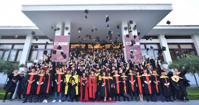 Niềm hạnh phúc của các tân khoa Viện đào tạo Quốc tế FPT trong ngày lễ tốt nghiệp.