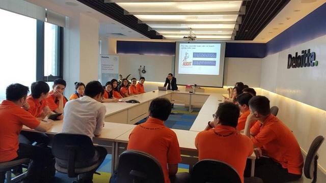 Sinh viên ĐH Greenwich (Việt Nam) trong một giờ học tại tập đoàn Deloitte.