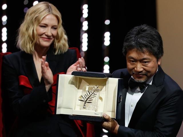 Đạo diễn người Nhật - Hirokazu Kore-eda nhận giải Cành cọ vàng trong đêm trao giải của LHP Cannes 2018, tối 20/5.