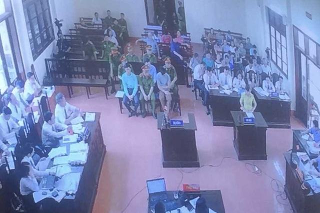 Đại diện gia đình bệnh nhân Phạm Văn Chung trả lời tại tòa