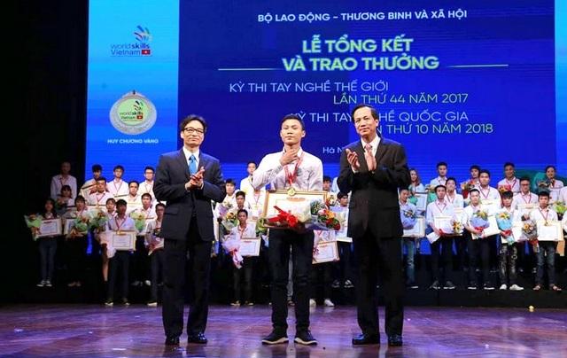 Phó Thủ tướng Vũ Đức Đam và Bộ trưởng Đào Ngọc Dung trao giải tới thí sinh đoạt giải. (Ảnh: M.D)