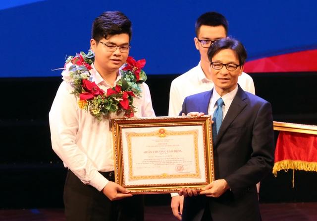 Phó Thủ tướng Vũ Đức Đam đã trao Huân chương Lao động hạng Ba tới em Trần Nguyễn Bá Phước - thí sinh đoạt HCĐ nghề Giải pháp phần mềm CNTT tại Kỳ thi Tay nghề thế giới lần thứ 44 năm 2017. (Ảnh: A.T)