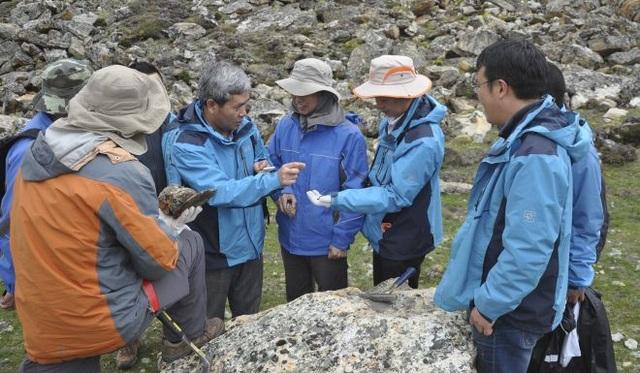 Các nhà khoa học Trung Quốc nghiên cứu địa chất tại khu vực chứa mỏ khoáng sản (Ảnh: SCMP)
