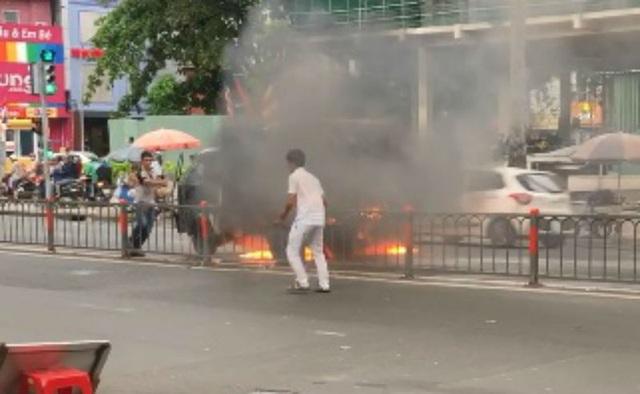 Một số người dân xung quanh hỗ trợ chữa cháy
