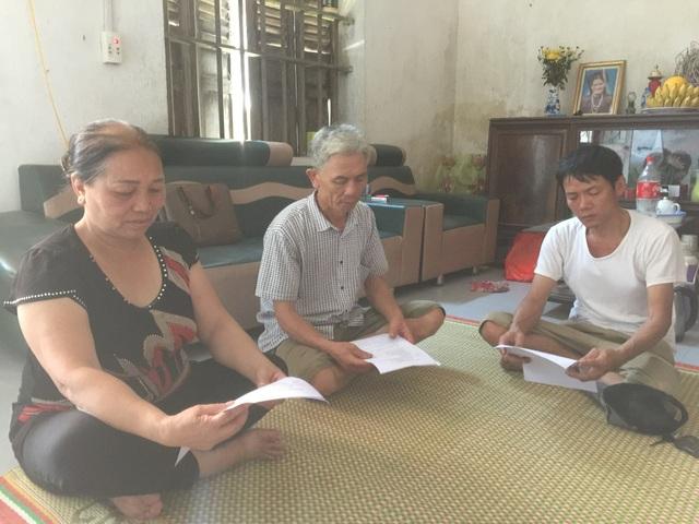 Ông Đỗ Văn Đá và các hộ dân bức xúc phản ánh việc chính quyền địa phương tự ý mang 7 lô đất đã được cấp sổ đỏ ra đấu giá.