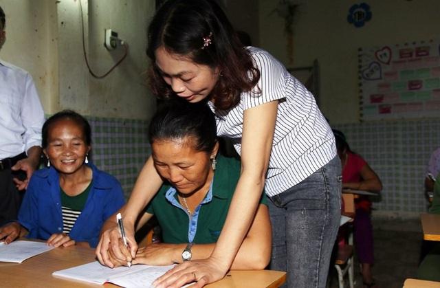 Nhiều người dân đồng bào Mông ở xã biên giới Na Ngoi, huyện Kỳ Sơn (Nghệ An) tranh thủ sau những buổi lên nương rẫy, để tự kiếm cho mình con chữ.