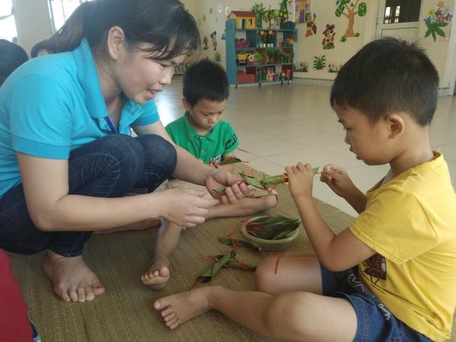 Học sinh tạo hình con vật từ lá cây