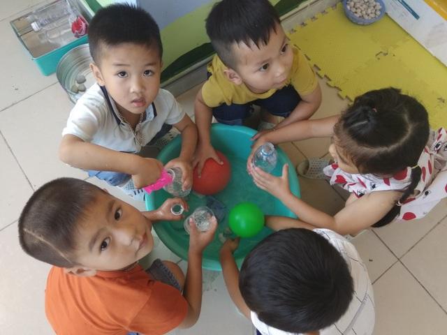 Giờ học trải nghiệm của học sinh Trường mầm non Lê Lợi, huyện Hoành Bồ, Quảng Ninh.