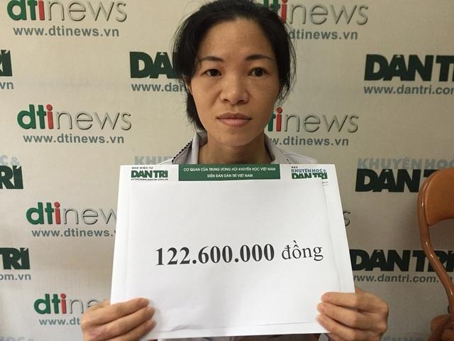 Mẹ bé Diệp Chi nhận số tiền bạn đọc giúp đỡ.