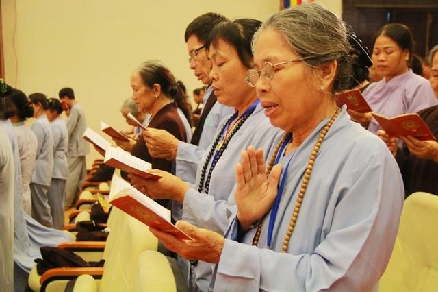 Mọi người cùng nhau đọc kinh niệm Phật dâng lên Đức Thích Ca Mâu Ni nhân ngày lễ Phật đản.