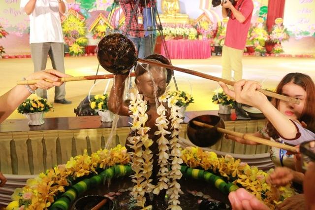 Linh thiêng nghi lễ tắm Phật tại ngôi chùa lớn nhất Việt Nam tại đại lễ Phật đản năm 2018.