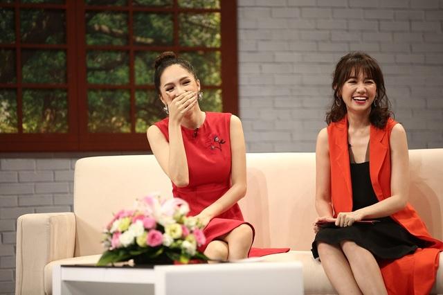 Hương Giang tâm sự cô cùng với mẹ đã tìm đủ mọi cách để tránh mặt bố và người thân, đến khi tham gia vào chương trình Vietnam Idol, cả nước biết cô chuyển giới thì lúc ấy bố cô mới biết tin. Lời chia sẻ của Hoa hậu Chuyển giới khiến mọi người đều bất ngờ và bật cười.