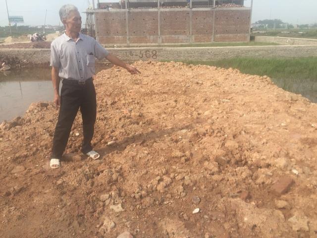 Ông Đỗ Văn Đá đứng trên thửa đất đã được UBND huyện Việt Yên cấp sổ đỏ hợp pháp nhưng chính quyền thị trấn Nếnh đã thông báo mang ra bán đấu giá vào ngày 30/5.