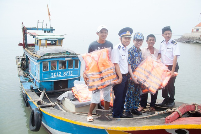 Trong chuyến đi, Long Nhật cùng với các chiến sĩ bộ đội, cảnh sát biển mang theo rất nhiều quà. Cả đoàn quyết tặng thêm áo phao bên cạnh các loại nhu yếu phẩm khác cho bà con phòng thân vì Cần Giờ cũng là rốn bão lũ của TPHCM.