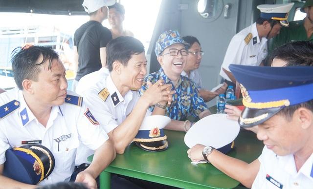 Trong chuyến đi, Long Nhật đã có những khoảnh khắc chia sẻ nhiều thú vị với những chiến sĩ đang công tác tại đây.
