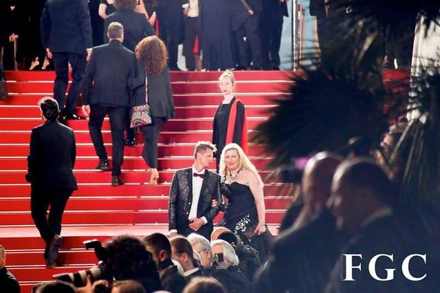 """Lễ bế mạc của Liên hoan phim Cannes lần thứ 71 đọng lại trong lòng khán giả những xúc cảm khó quên, khép lại hành trình vinh danh nền điện ảnh thế giới. Kết thúc """"cuộc dạo chơi"""" tại Cannes, NTK Đỗ Trịnh Hoài Nam cùng ekip sẽ tiếp tục bận rộn với các hoạt động quảng bá dày đặc cho văn hóa áo dài và văn hóa truyền thống qua chuỗi chương trình Vẻ Đẹp Việt Nam, và tiếp tục gửi gắm, nhân rộng những gì đẹp đẽ nhất của quê hương Việt Nam đến bạn bè quốc tế."""