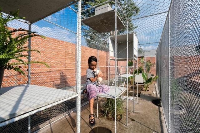 Lưới thép và các tấm bê tông là hai loại vật liệu chính để tạo nên chiếc chuồng gà đặc biệt này.