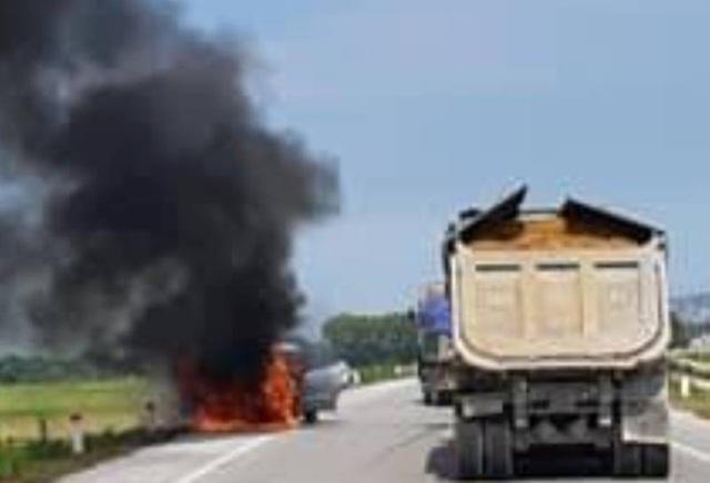 Hiện trường vụ cháy xe ô tô con