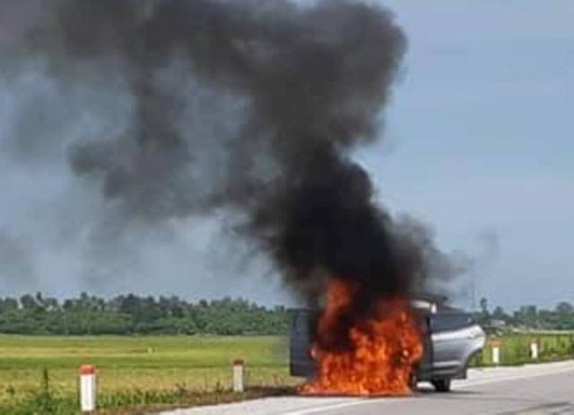 Ngọn lửa bùng phát ở phần đầu xe