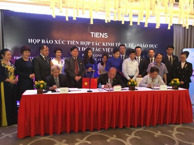Chủ tịch Lý Kim Nguyên đại diện Tập đoàn TIENS đã chính thức ký kết Biên bản ghi nhớ Hợp tác với Hiệp hội các trường Đại học và cao đẳng Việt Nam