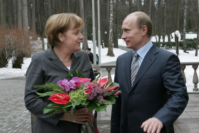 Bó hoa ông Putin tặng bà Merkel trong cuộc gặp năm 2008. (Ảnh: Sputnik)