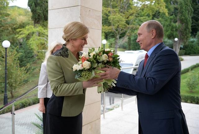 Tổng thống Putin tặng hoa cho Tổng thống Croatia Kolinda Grabar-Kitarovic năm 2017, cũng tại dinh thự Bocharov Ruchei ở Sochi. (Ảnh: Sputnik)