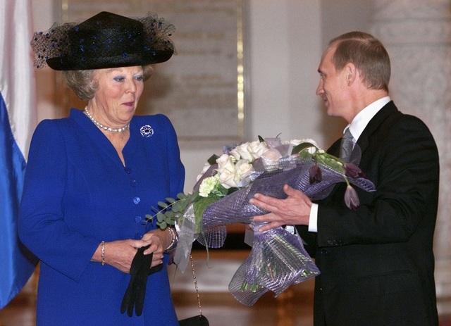 Nữ hoàng Hà Lan Beatrix bất ngờ khi nhận bó hoa hồng trắng từ tay Tổng thống Putin năm 2001. (Ảnh: RT)