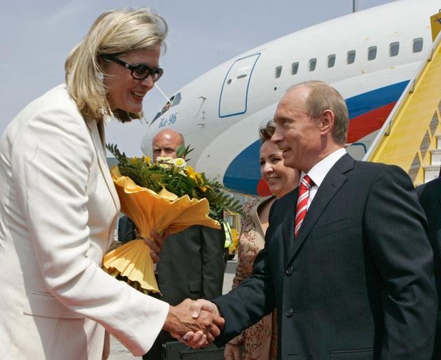 Cái bắt tay và bó hoa là cách Tổng thống Putin chào đón Ngoại trưởng Áo Ursula Plassnik. (Ảnh: Sputnik)