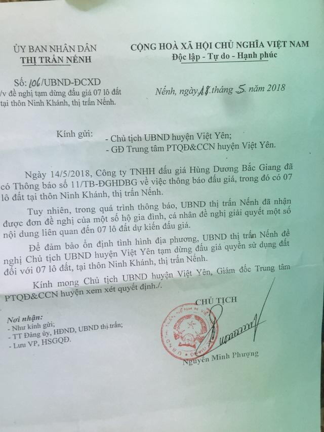 Ngay sau khi PV Dân trí phản ánh sự việc, Chủ tịch thị trấn Nếnh đã ra văn bản đề nghị tạm dừng đấu giá 7 lô đất đã đươc cấp sổ đỏ hợp pháp.