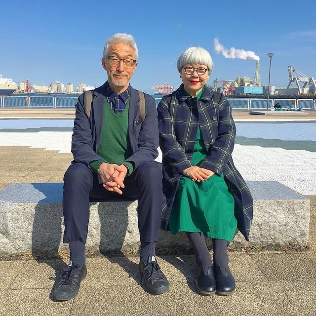 Ông Bon và bà Pon trong một bức ảnh chụp bộ đồ đôi phong cách của hai người.