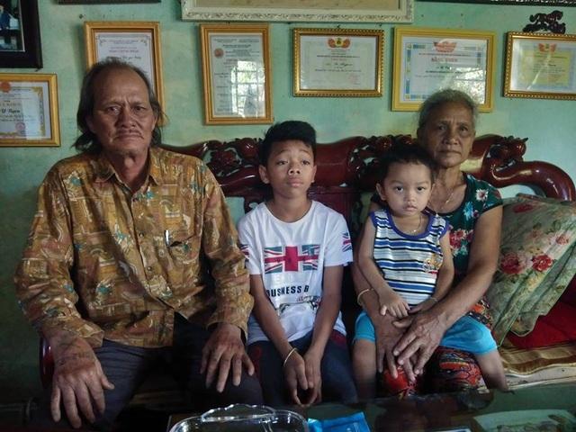 Bố mẹ và 2 đứa con mà Y Byen đã giải cứu từ tay thần chết. Hai đứa con được mẹ Y Byen nuôi nay đã khỏe mạnh và học giỏi