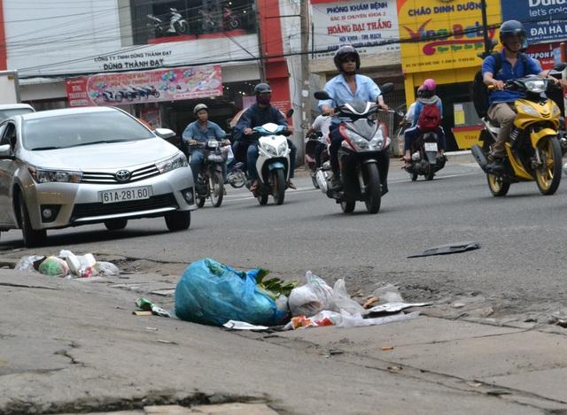 Rác thải sinh hoạt bị người dân vứt bỏ ngay trên miệng cống thu nước ở một tuyến phố tại TP Biên Hòa